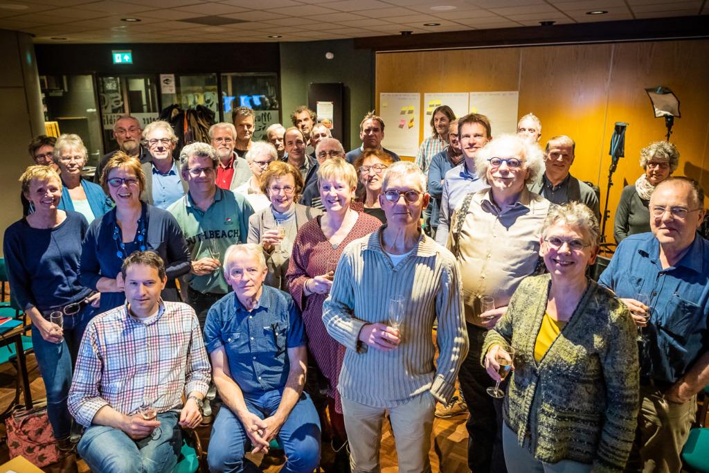 Groepsfoto van inwoners uit Heumen bij de oprichting van hun nieuwe coöperatie
