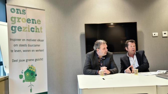 Pim de Ridder (Wind in Wijchen) en wethouder Titus Burgers bij de persconferentie over windmolens Wijchen
