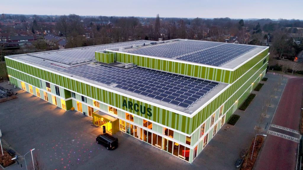 In Wijchen investeerden inwoners in 3 verschillende zonne-projecten zoals dit zonnedak op een sportcentrum
