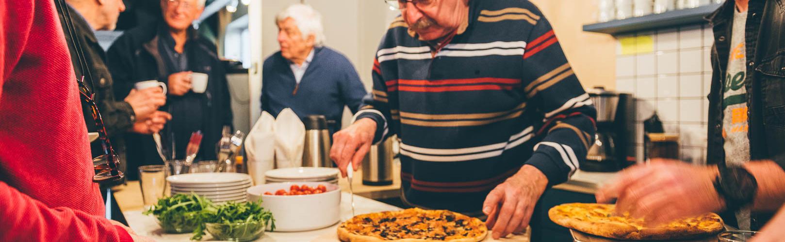 Inwoners krijgen pizza bij brainstorm over campagne zonnepark De Grift