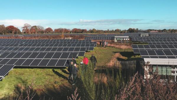 Burgers uit Nijmegen doen inspiratie op bij een zonnepark in Apeldoorn