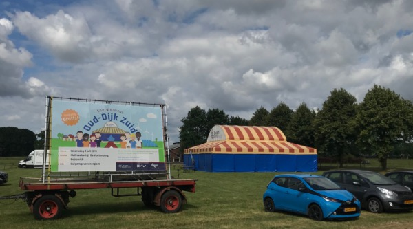 Foto van het Energiecircus op de boerderij in Oud-Dijk Zuid op 3 juli