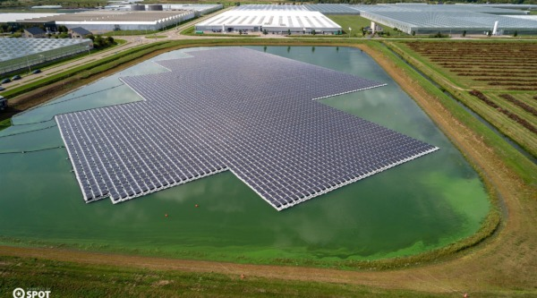 Luchtfoto van het drijvende zonnerpark op het gietwaterbassin in Bergerden, bij Huissen.