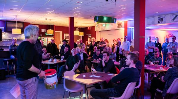 Een volle zaal met buurbewoners in Kulturhus de Borg tijdens de meetup van Peperbus Energie