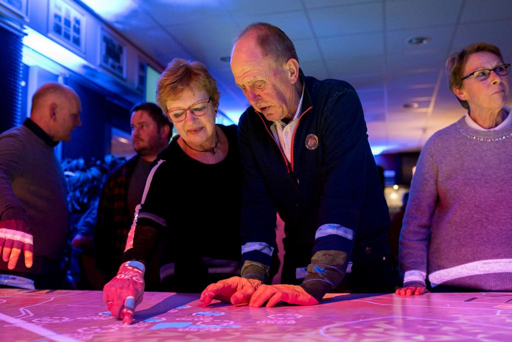 Bezoekers bekijken de plannen van Energiepark Oud-Dijk Zuid op de interactieve Energietafel