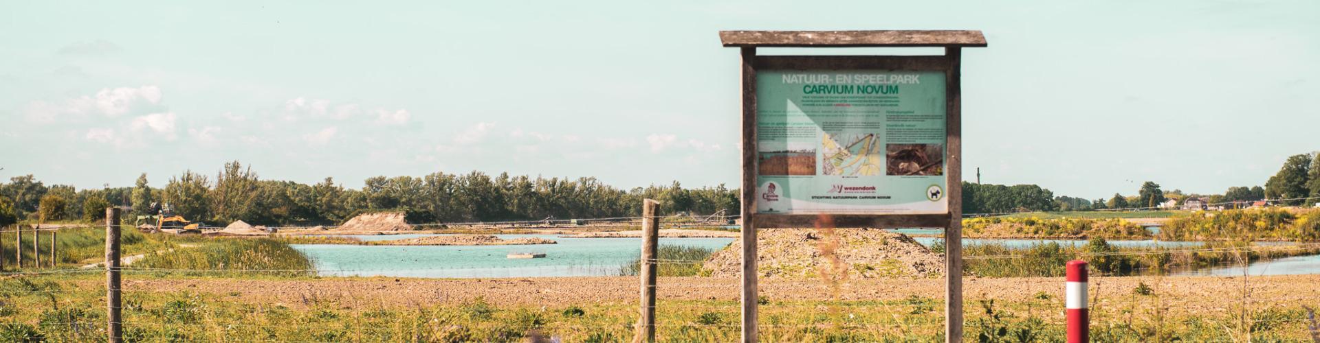 Welkomstbord van natuurpark Carvium Novum bij Lobith. De plek waar in de toekomst natuur en zonne-energie hand in hand zal gaan.